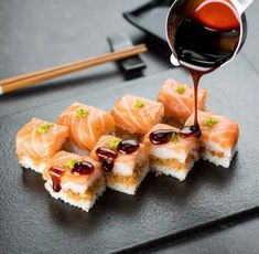 Best Picture For vegan Sushi For Your Taste You are looking for something, and it is going to tell you exactly what you are looking for, and you didn't find that picture. Here you will find the most b Sushi Love, Sushi Set, Sushi Recipes, Baby Food Recipes, Japan Sushi, Japanese Food Sushi, Fresh Sushi, Salmon Sushi, Creative Food