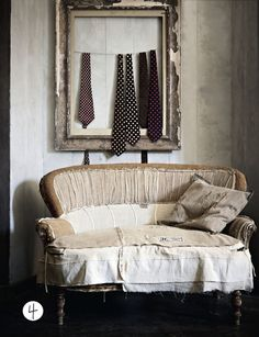 Rustic Shabby Whimsy ~ ties across a frame for a masculine touch . shabby seating for a brocante feel Turbulence Deco, Old Sofa, Chaise Vintage, Up House, Take A Seat, Home And Deco, Modern Interior Design, Vintage Decor, Vintage Vignettes
