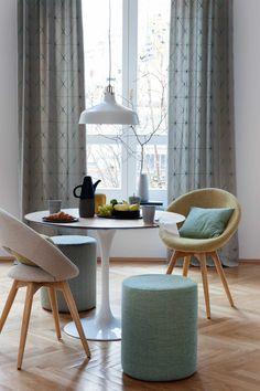 Reduzierte, minimalistische Einrichtung trifft auf natürliche Formen und Materialien. Einfach chic und gemütlich. #colaris #5200chic #SONNHAUS Dining Chairs, Dining Table, Modern, Design, Furniture, Home Decor, Colors, Minimalist Interior, Minimalist Home