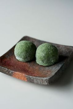 Japanese sweets on a very elegant plate Japanese Wagashi, Japanese Cake, Japanese Sushi, Japanese Dishes, Japanese Sweets, Japanese Pottery, Japanese Pastries, Japanese Tea Ceremony, Confectionery