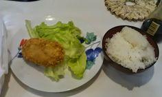 不味そう飯: 笹塚商店街の肉屋で買ったコロッケである。たいへんにうまい。