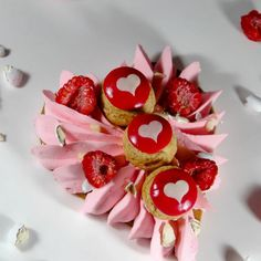 This Valentine's Day is con Valentine's Day is considered one of my beloved instances to Valentine Messages, Valentine Images, Valentine Desserts, Valentine Cake, Saint Valentine, Valentine Nails, Creative Cake Decorating, Creative Cakes, Sweet Pastries