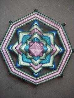Saludos amigos, bonita semana para todos :D Mandalas Painting, Mandalas Drawing, Home Projects, Projects To Try, Doodle, Gods Eye, Dream Catcher, Diy And Crafts, Weaving