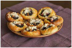 POTŘEBNÉ PŘÍSADY: Těsto asi na 30 koláčků: 350 g hladké mouky 150 g polohrubé mouky 95 g cukru krupice 5 g vanilkového cukru 30 g droždí 90 g rozpuštěného ... Bagel, Bread, Muffin, Breakfast, Food, Morning Coffee, Muffins, Meal, Essen