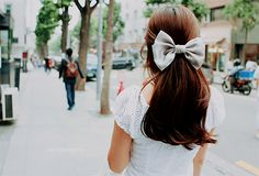 love bows in my hair! Romantic Hairstyles, Pretty Hairstyles, Hairstyle With Bow, Hair With Bow, Glamour, Cute Bows, Favim, Brunette Hair, Bad Hair