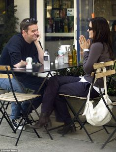 'Matthew looks at Courteney the same way Chandler looks at Monica': Friends fans… 'Matthew looks at Courteney the same way Chandler looks at Monica': Friends fans go into meltdown over Matthew Perry and Courteney Cox's cosy lunch snap Serie Friends, Friends Cast, Friends Moments, Friends Tv Show, Friends Forever, Friends Actors, Chandler Friends, Friends Episodes, Monica E Chandler