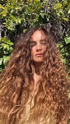 Curly Hair Styles, Curly Hair Tips, 80s Curly Hair, Curly Hair Model, Wavy Hair Care, Long Wavy Hair, Hair Streaks, Highlights Curly Hair, Aesthetic Hair