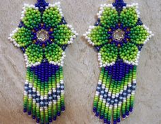 Mexican Huichol White and Green Beaded Earrings Beaded Earrings Patterns, Seed Bead Earrings, Beaded Choker, Beading Patterns, Hoop Earrings, Bead Jewellery, Beaded Jewelry, Beaded Bracelets, Collar Indio