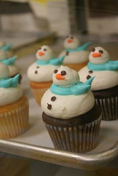 Cute snowman cupcakes; add pink scarves to some so the snow-ladies are represented! :) (holiday, food)