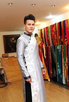 Nice ao dai style for men Vietnamese Wedding Dress, Vietnamese Dress, Vietnamese Traditional Dress, Traditional Dresses, Ao Dai Men, Asian Men Fashion, Formal Fashion, Gothic Fashion, Vietnamese Men