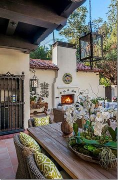 Spanish Style Homes with Interior Courtyards New Best 84 Hacienda Style Exterior. - Spanish homes # Climatechangeprotestsigns # Outdoorkitchenbars Spanish Style Homes, Spanish House, Spanish Colonial Decor, Spanish Style Interiors, Spanish Style Decor, Spanish Revival Home, Spanish Courtyard, Spanish Patio, Tuscan Courtyard
