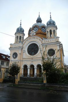 Synagogue in Rain, Romania, Marosvásárhely Jewish Synagogue, Jewish Temple, Synagogue Architecture, Religious Architecture, Temples, Houses Of The Holy, Jewish History, Cathedral Church, World Religions