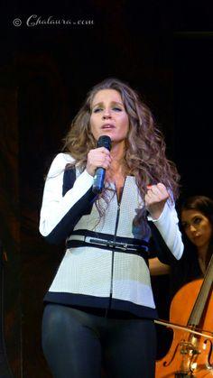Maria Toledo cambió de atuendo a mitad de la actuación pasando a unos pantalones ceñidos negros y una chaqueta blanca con motivos en negro m...