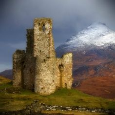 Ardvreck Castle  Is a ruined castle dating from the 16th century. Standing on a rocky promontory jutting out into Loch Assynt in Sutherland, Northwest Highland, Scotland.