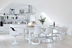 Wonderful white scandinavian kitchen ( bjurfors ) - Scandinavian interior and design Scandinavian Kitchen, Scandinavian Interior, Cosy House, Beautiful Home Designs, Swedish House, Table And Chairs, Home Decor Inspiration, Home And Living, Decoration