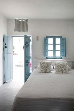 Wonderful Very simple.the blue shutters and doors are so pretty The post Very simple.the blue shutters and doors are so pretty… appeared first on Dol Decor . House Design, Greek Bedroom, House, Interior, Home, House Styles, House Interior, Home Deco, Coastal Bedrooms