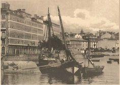 A Coruña 1909 (Spain) - Los pescadores amarraban sus barcos en los norays del Muelle de La Marina, al pie de los edificios más emblemáticos de la ciudad, las galerías.