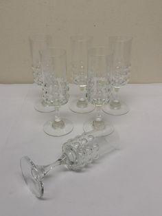 Nanny Stillin kauniin Grappo -sarjan jalallinen liköörilasi, 6 kpl. Yhden lasin jalassa on pieni rikko, kaikki muut ovat ehjiä ja siistikuntoisia. Korkeus 12,5 cm, vetoisuus 5 cl. 15 euroa/kpl.