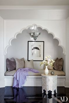 10 Design Ideas We Love from Kourtney and Khloé Kardashian's Calabasas Homes A custom-made niche in Khloé Kardashian's bedroom—an ideal place for reading or alone time—gets a dose of glamour thanks. Casa Da Khloe Kardashian, Kardashians House, Calabasas Homes, Home Interior, Interior Design, Bohemian Interior, Luxury Interior, Moroccan Interiors, Moroccan Bedroom