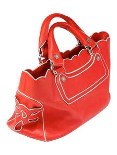 Hübsche Leder-Henkeltasche von Celine in rot mit weißen Einfaßnähten. Die Handtasche hat kurze Tragegriffe, innen ein mittleres Reißverschlussfach, sowie ein offenes Seitenfach. Sie ist in gutem Zustand, sie hat außen kleine Macken und Farbabriebe, ansonsten ist sie jedoch noch gut erhalten. - gesehen bei GLAMLOOP.com