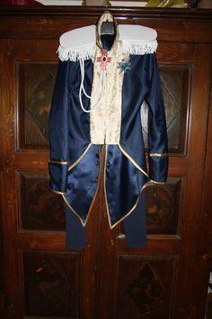Cosplay su commissione di Lady Oscar: giacca a due code con sbieco dorato, controspalline con frange, collo alla coreana, chiusura con velcro; leggins.