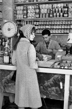 The actress Audrey Hepburn photographed by Elio Sorci during her shopping at a grocery in Rome (Italy), in November 1961.