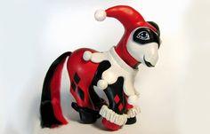 My Little 'Harley Quinn' (Harlekin) - Künstlerin verwandelt Stars in Spielzeug-Ponys - Bild: © Mari Kasurinen Lesen Sie auch auf gofeminin.de: > Zauberhafte Sommer-Looks: Die Dior Cruise Collection 2013 > Pünktchen de luxe: Louis Vuitton &...