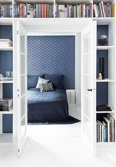 Midnatsblå og metal i et rigtigt herrehjem Blue Bedding, Blue Bedroom, Dream Bedroom, Bleu Indigo, Bedroom Photos, Cool Rooms, Home And Living, Small Spaces, Living Spaces