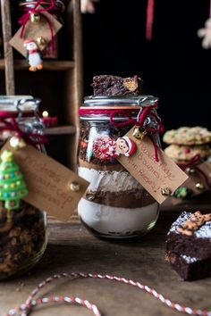 15 DIY Edible Holiday Gifts You Can Make In 15 Minutes Or Less Anybody would be happy to receive this Fudge Brownie Mix for Christmas! Edible Christmas Gifts, Edible Gifts, Christmas Baking, Christmas Ideas, Christmas Crafts, Christmas Hamper, Blue Christmas, Christmas 2015, Holiday Baking