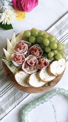 Charcuterie Picnic, Charcuterie Recipes, Charcuterie And Cheese Board, Recipes Appetizers And Snacks, Meat Appetizers, Antipasto, Easy Food Art, Appetizer Display, Party Food Platters