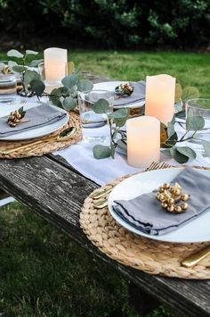 Lovely Outdoor Table Decor for a Dinner Al Fresco / Get ideas for outdoor table settings that are causal, simple and perfect for a summer patio party! These everyday items become elegant when arranged into a fun DIY dinner party! Outdoor Table Decor, Outdoor Table Settings, Christmas Table Settings, Decoration Table, Dinner Table Settings, Simple Table Setting, Simple Table Decorations, Christmas Tables, Patio Table