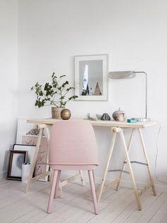 Avec un bureau en bois naturel, optez pour une assise rose poudrée