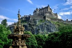 A stunning view of Edinburgh Castle this summer. Click the link to view our guide of things to do and see in Edinburgh. Chateau Medieval, Medieval Castle, Louisiana Swamp, Dover Castle, Urquhart Castle, William Wallace, Budapest, Edinburgh Castle, Edinburgh Uk