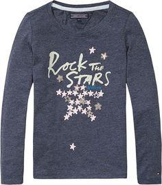Klassisches Tommy Hilfiger Langarmshirt mit kontrastfarbenem Print und Logostitching am linken Ärmel. 60% Baumwolle, 40% Polyester...