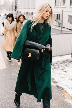 ¿Es un abrigo? ¿Es una capa? ¿Las dos cosas? Mientras sea verde, qué más da