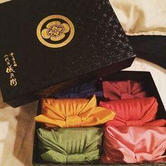 可愛い風呂敷に、お料理別にブレンドされたおいしいお米♡「八代目儀兵衛」のお米ギフトが引き出物にぴったり*にて紹介している画像 Box Packaging, Packaging Design, Product Packaging, Wedding Tips, Dream Wedding, Sushi Recipes, Japanese Fabric, Presents, Branding