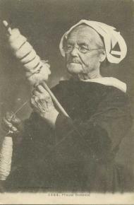 Fileuse de Châteaulin Spinning, Breizh Ma Bro, Francia Paris, Photo Bretagne, European Costumes, East Of The Sun, Plant Fibres, Vintage Textiles, Vintage Photography