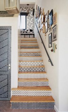 Staircase+Stenciled+stair+risers If your stairs need updating, try these DIY stair makeover ideas and projects! Make your stairs full of style! Wallpaper Stairs, Black And White Wallpaper, Staircase Design, White Staircase, Stair Design, Unique Home Decor, Stairways, New Homes, Interior Design