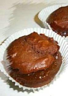 Faites fondre le chocolat avec le beurre. Fouettez l'oeuf avec le sucre, la farine et la lev...