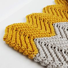 Make this FREE WONDERS Chevron Crochet Blanket Pattern with this simple step by step tutorial.Make a cute chevron crochet baby blanket today! Crochet Baby Blanket Sizes, Chevron Crochet Blanket Pattern, Crochet Ripple Blanket, Crochet Wrap Pattern, Crochet For Beginners Blanket, Crochet Dishcloths, Afghan Crochet Patterns, Chevron Blanket, Easy Crochet