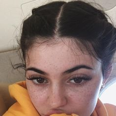 The interesting pictures of Kylie Jenner without makeup are here. To see more of how Kylie Jenner no makeup looks in real life! Make Up Looks, Kendall And Kylie, Kendall Jenner, Maquillaje Kylie Jenner, Instagram Brows, Looks Kylie Jenner, Without Makeup, Vanessa Hudgens, Khloe Kardashian