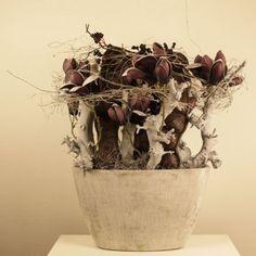 stoere vensterbank decoratie in aubergine - grijs