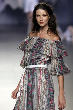 """Ailanto Spring/Summer 2006 Madrid """"Let my soul smile through my heart and my heart smile through my eyes, that I may scatter rich smiles in sad hearts. Claire Fraser, Jamie And Claire, Jamie Fraser, Outlander Costumes, Outlander Tv, Laura Donnelly, Dress Outfits, Dress Up, John Bell"""