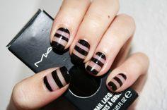 Unha com transparência e nail art. Branco e preto.  Clear (or transparent) nail art. Black and white stripes.