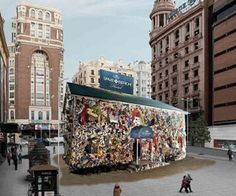 """Hotel hecho con restos de basura obra de HA Schult, construido en Madrid fue parte de la campaña """"Coronita Save tha Beach"""" queriendo denunciar al mal cuidado de las playas de Europa."""