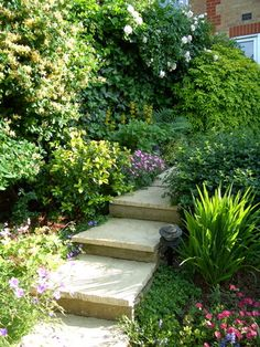Idées d'escaliers pour jardin | Le journal du jardin Sloped Garden, Coin, Stepping Stones, Stairs, Gardening, Journal, Group, Board, Outdoor Decor