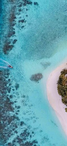 aerial photo of boat moving towards the white isla. iPhone X Wallpapers Maldives Wallpaper, Iphone Wallpaper Ocean, Beach Wallpaper, Nature Wallpaper, Tree Wallpaper, Apple Wallpaper, Photo Wallpaper, Iphone Background Beach, Iphone Background Wallpaper