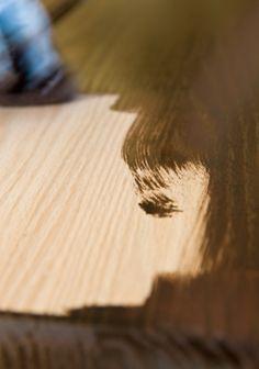 El vinagre actúa como un tinte para madera cuando se agrega un objeto de metal en la mezcla y déjela reposar en un recipiente de vidrio durante una semana. Un puñado de monedas de un centavo va a producir un hermoso azul pálido Caribe mancha. Una bola de lana de acero le dará un tono rojizo rico. Una combinación de té y un objeto de metal en vinagre producirá un negro mancha. Iniciar esta para más tarde.