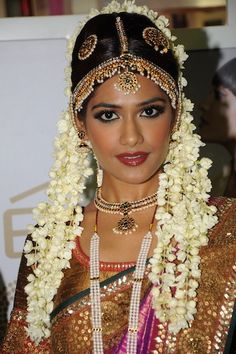 Gorgeous Tamil Bride by @LakmeSalon, exquisite Jewelry includes Matha Patti w/ Maang Tikka