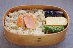 玄米ご飯210g(焼ほぐし鮭:中埋めもあり・間に刻み海苔)、茄子揚げ浸し:酸味あり、出汁巻玉子、三度豆胡麻和